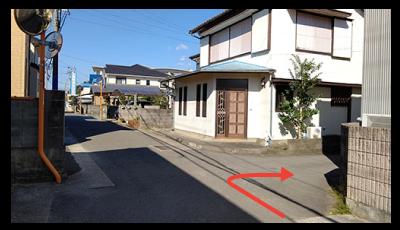 写真の場所を曲がると左手に駐車場があります