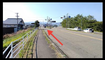 堤防側ではなく、左側の道へ進んでください